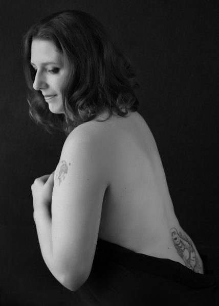 boudoir photo session bare back curvy